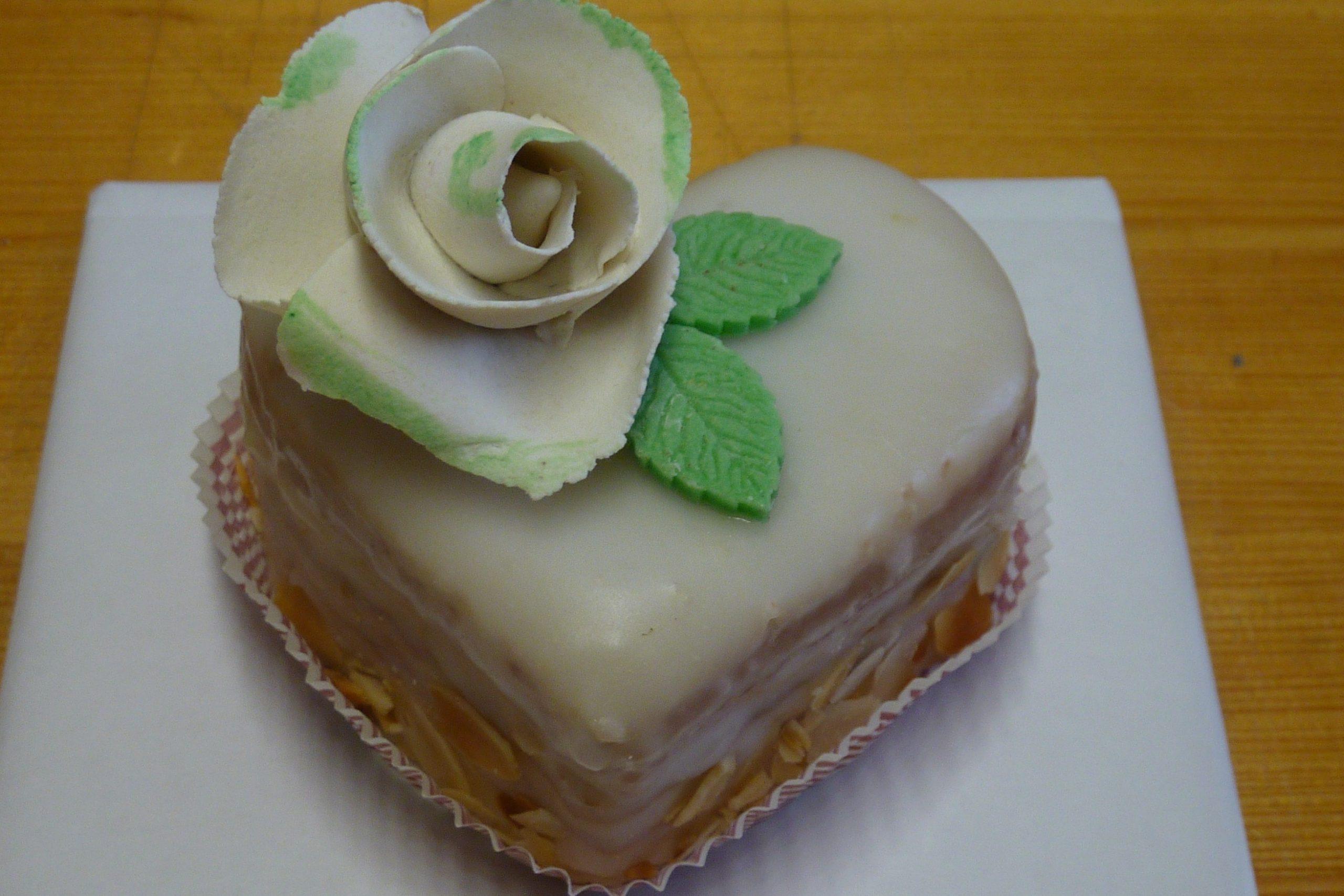 grand fours herz mit weißer rose  fröhlich's kuchenwerkstatt